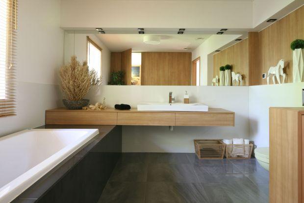 Łazienka w okładzinie z drewna jest wnętrzem bardzo ciepłym w odbiorze. Stawiając na naturalne gatunki odpornego na wilgoć drewna sprawimy też, że wnętrzenabierze ponadczasowego charakteru.