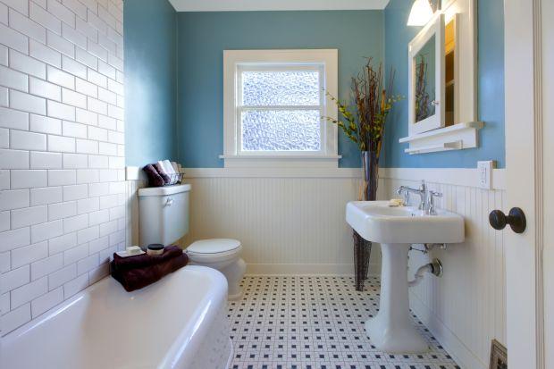 """Dobra farba na ścianach łazienek przez wiele lat wygląda tak, jakby malowanie odbyło się niedawno. Nie płowieje, nie chłonie brudu. Ściany nią pomalowane """"oddychają"""", można je myć i szorować."""