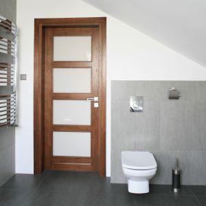 W tej łazience sedes umieszczono przy drzwiach, w miejscu, gdzie ściana ma około 190 cm. Proj. Dominika Grabowska. Fot. Bartosz Jarosz