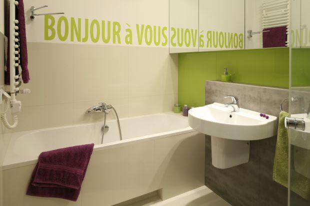 Urządzając łazienkę dla rodziny pamiętajmy o wygodzie i potrzebach domowników, ale także ich dobrym samopoczuciu. Warto postawić na żywe kolory i przytulną aranżację.
