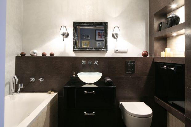 Dyskretne lampki, kryształowe żyrandole, kinkiety czy pasy oświetlenia ledowego? Do wyboru mamy różne opcje, każda z nich jednak stworzy piękny klimat w łazience, równocześnie dobrze oświetlając wnętrze.