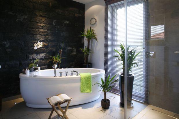 Elegancki blat szafki, okładzina ścian lub umywalka z kamienia – naturalne materiały możemy z powodzeniem wykorzystać w każdej strefie łazienki. Modny marmur lub granit ozdobi wnętrze na długie lata.