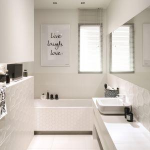 Kolekcję płytek All in White marki Tubądzin można znaleźć w aktualnej ofercie salonów łazienkowych BLU. Ceny: 87 zł/m kw. (glazura), 95 zł/m kw. (gres), 35 zł/plaster (mozaika). Fot. Tubądzin
