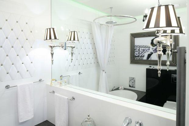 Efekt głębi, jaki daje lustro zajmujące całą szerokość ściany jest niezwykle cenny zwłaszcza w małych łazienkach. Wnętrze zyskuje na wizualnej przestrzeni, wydaje się bardziej obszerne i wygodne.