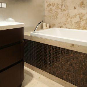 Salon kąpielowy ma także wygodną wannę z modną obudową. Fot. Bartosz Jarosz
