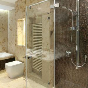 Oprócz wanny, w łazience zamontowano także wygodną kabinę przysznicową. Fot. Bartosz Jarosz