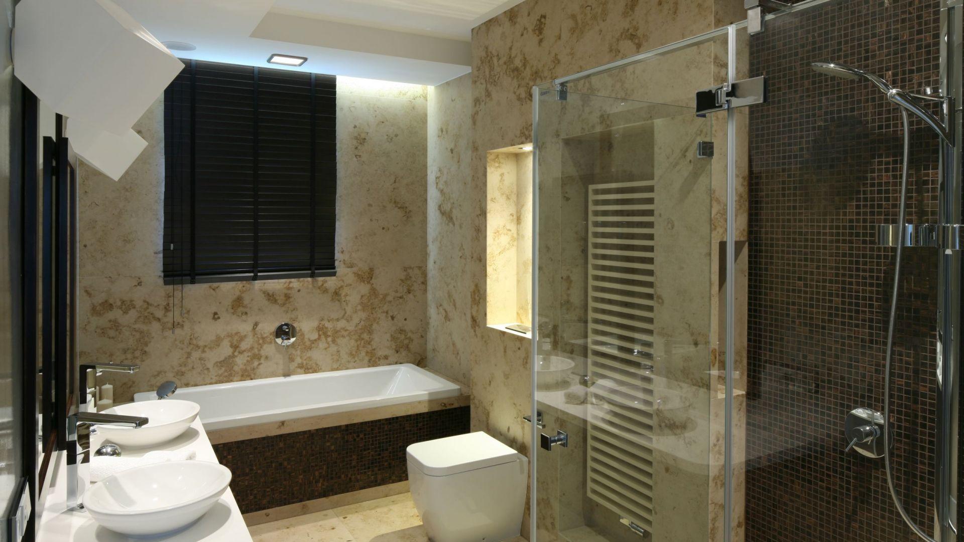 Przyjemny wybór między wanną a prysznicem daje im możliwość udanego relaksu. Fot. Bartosz Jarosz