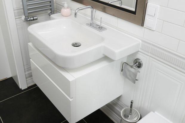 W klasycznie urządzonym domu na gości czeka stylowa łazienka. Elegancka i wygodna. Z przestronną kabiną prysznicową wyposażoną w podgrzewane siedzisko.