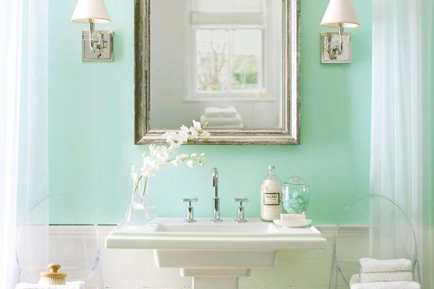 Do malowania łazienek najlepiej używać farb specjalnych, przeznaczonych do wilgotnych pomieszczeń. To gwarancja, że ściany długo będą świeże, bez śladów grzybów i plam.