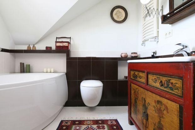 Skosy dachowe często utrudniają proces urządzania wnętrza. Polscy architekci wnętrz podpowiadają jednak, jak w sposób funkcjonalny i modny urządzić łazienkę na poddaszu.