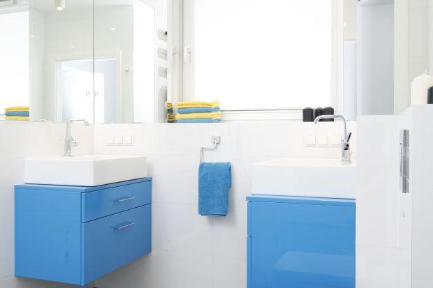 Chociaż w łazience dla dwojga zabrakło miejsca na wannę, to nie zrezygnowano z niej całkowicie. Znalazła swoje miejsce w znajdującej się tuż obok sypialni.