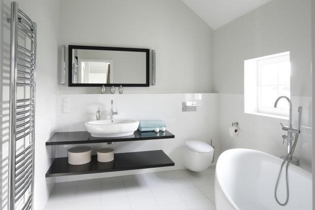 Biel tworzy uniwersalną bazę dla aranżacji w każdym stylu. Jednak najlepiej prezentuje się na prostych formach mebli i ceramiki sanitarnejw nowocześnie urządzonych łazienkach.