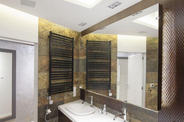 Zlokalizowana w sąsiedztwie sypialni łazienka to wyraz zamiłowania inwestorów do piękna przyrody. Zarówno na ścianach, jak i podłodze zastosowano naturalny łupek.