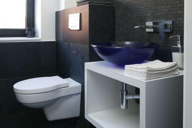 Nieduże wnętrze zaprojektowano z myślą o wygodzie rodziny. Aby nie chodzić na górę, gdzie znajdują się jeszcze dwie łazienki – dla rodziców i dzieci, na parterze stworzono małą toaletę w eleganckim stylu.