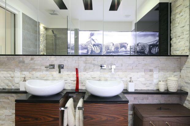 Ściana nad umywalką to miejsce mocno eksponowane w łazience, ale też najbardziej narażone na zachlapanie i zabrudzenie. Okładzina w tym miejscu musi być efektowna i trwała.