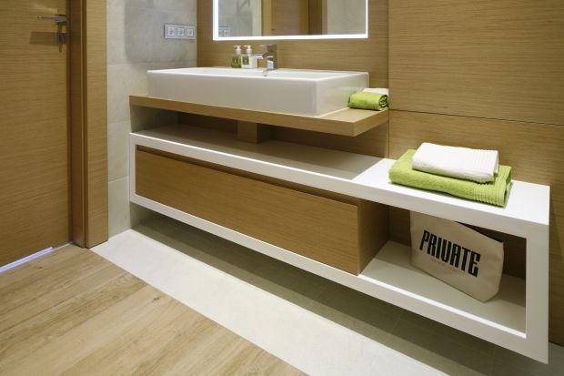 W małej łazience szczególnie trudno o wygospodarowanie miejsce doprzechowywania, dlatego warto wykorzystać praktyczne wszelkie wnęki, zakamarki, półki.