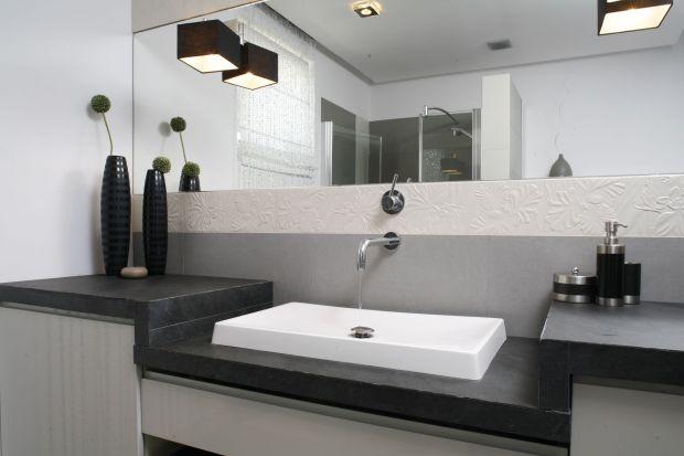 Lustrzana tafla to ważny element każdej, najmniejszej nawet łazienki. Dzięki niej szybko i łatwo wykonamy makijaż, poprawimy fryzurę, ale także – optycznie powiększymy wnętrze o małym metrażu.