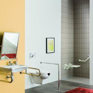 Umywalka z kolekcji Vital Deante ma specjalne wgłębienie, pozwalające osobom poruszającym się na wózku, przysunąć się do samej krawędzi. Podwieszany sedes na wydłużoną konstrukcję, dostosowaną do przesiadania się z wózka na toaletę. Fot. Deante