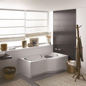 Do wanny Comfort Plus z oferty Koło producent  oferuje wygodne uchwyty ułatwiające wchodzenie i wychodzenie; komfortowi korzystania służy także ergonomicznie wyprofilowane wnętrze. Fot. Koło