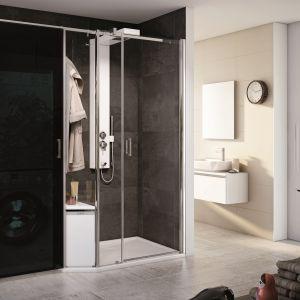Kabina prysznicowa VEO marki Vitra jest powiększona o dodatkową zabudowę  z ciemnego szkła specjalnie na pralkę. Fot. Vitra