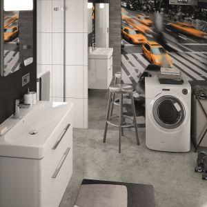 W aranżacji łazienki z wyposażeniem z serii Traffic Koło pralka jest niezabudowana, a ściana za pralką jest wykończona efektowną fototapetą. Fot. Koło