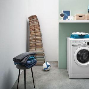 Pralka z serii My Time z oferty marki Indesit. Aranżacja sugeruje, aby nad pralką zamontować półkę przydatną m.in na detergenty . Fot. Indesit