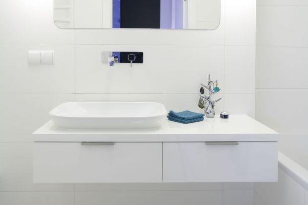 Białe wnętrze zaprojektowane z myślą o dzieciach miało stanowić kontrast do łazienki małżeńskiej, którą w całości urządzono w czerni. Odcienie śmietankowego idealnie podkreślają delikatny styl aranżacji.
