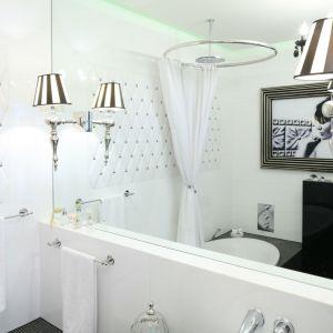 Kobieca łazienka w stylu retro swój oryginalny charakter zawdzięcza m.in. stylowym kinkietom zamocowanym na tafli lustra. Proj. Małgorzata Galewska. Fot. Bartosz Jarosz