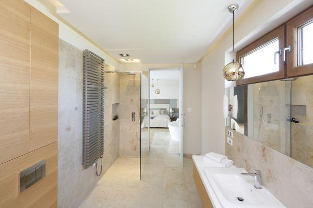 Łazienka z dekoracyjną ścianą z onyksu to płynne przedłużenie sypialni. W tej prywatnej strefie państwa domu można poczuć elegancki i przytulny klimat.