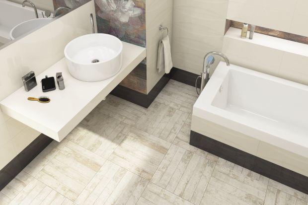 Podłoga w łazience wymaga okładzin nie tylko modnych, ale też odpornych na ścieranie i panujące we wnętrzu wilgotne warunki. Do wyboru są m.in. płytki gresowe i terakota.
