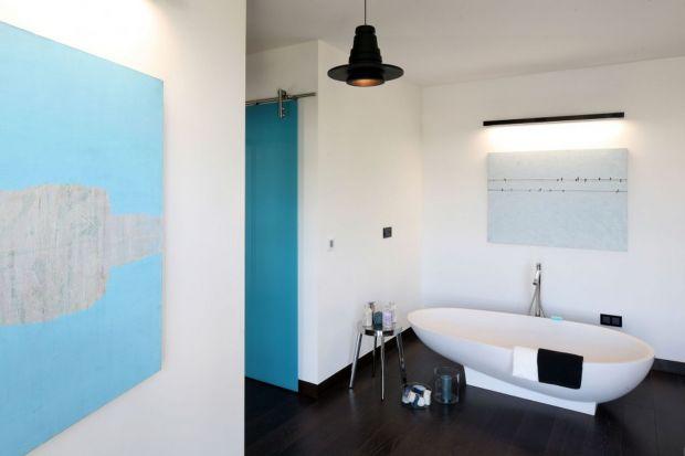 Minimalistyczna, w stylu glamour, loftowa, lub w klimacie pałacowym – biała łazienka może mieć wiele odsłon. Wystarczą jedynie dekoracyjne akcenty, które pozwolą ukierunkować aranżację.