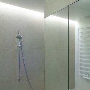 Bateria prysznicowa zamontowana nad wanną ułatwia szybkie kąpiele. Fot. Bartosz Jarosz