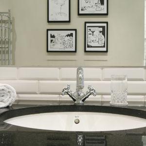 W eleganckiej łazience połyskliwy blat wykonano z ciemnego granitu. Proj. Iwona Kurkowska. Fot. Bartosz Jarosz