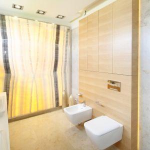 Naturalny onyks i jego oryginalny rysunek to wyjątkowa dekoracja łazienki. Proj. Katarzyna Mikulska-Sękalska. Fot. Bartosz Jarosz