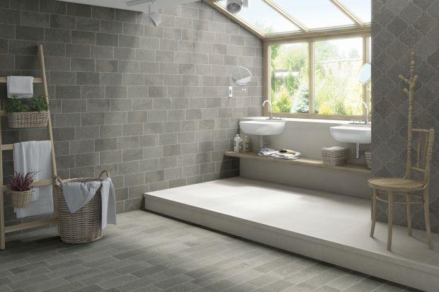 Płytki ceramiczne w jasnych odcieniach szarości świetnie sprawdzą się zarówno w łazience w stylu loft, jak i wnętrzu bardziej przytulnym.