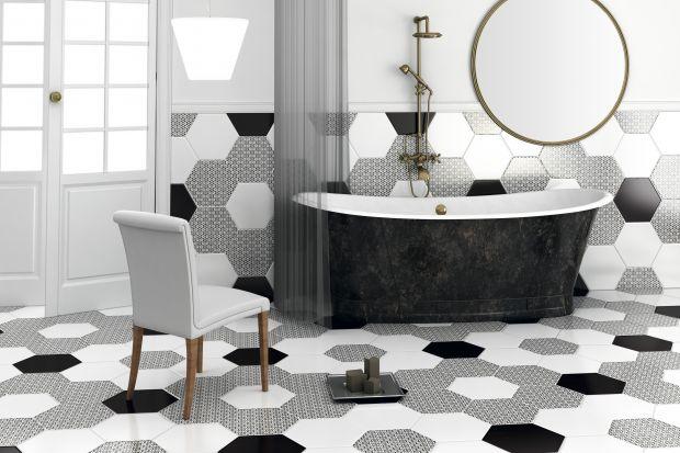 Wybierając materiał na podłogę w łazience warto postawić na płytki. Do wyboru są imitacjedrewna, kamienia, płytki we wzory lub np. ułożone w szachownicę.