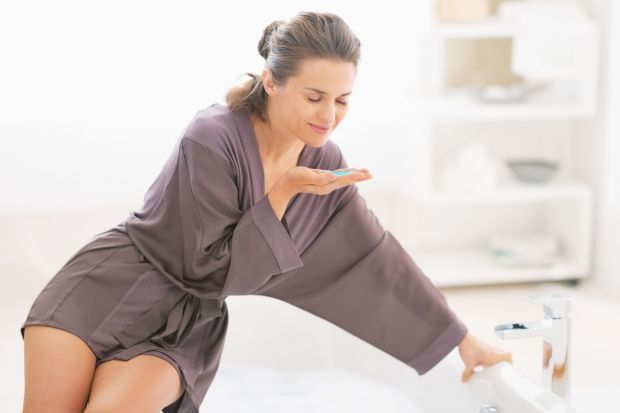 Gorąca kąpiel pozwoli nam się rozgrzać, zrelaksuje oraz wspomoże regenerację przesuszonej skóry.