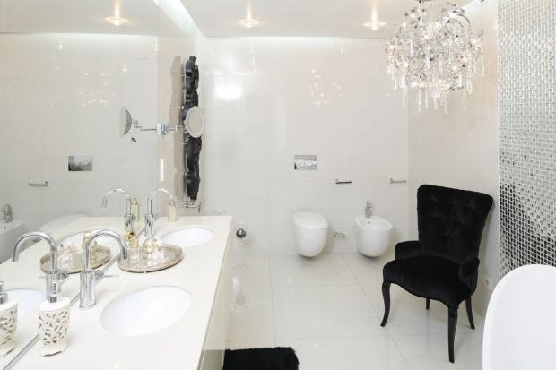 Jasne kolory to najlepszy pomysł na modne wnętrze. Nawet w bardzo małej łazience warto jest położyć białe okładziny, bo dzięki nim aranżacja będzie elegancka i zyska przestrzeni.