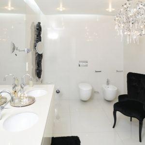 Żyrandol z kryształków to piękna dekoracja białej łazienki. Proj. Katarzyna Uszok. Fot. Bartosz Jarosz