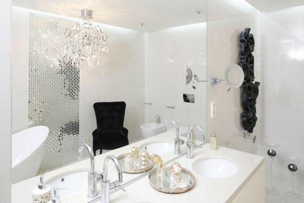 Mozaika może mieć wiele różnych koloróworazbyć wykonana z ciekawych materiałów. Można ją układać w każdej strefie łazienki.