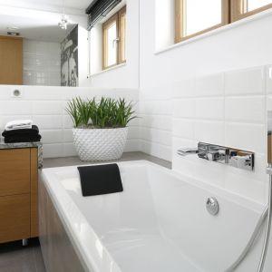Białe płytki jak kafle świetnie wpisują się loftowy klimat wnętrza.  Fot. Bartosz Jarosz