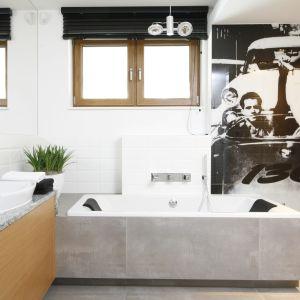 Oryginalny obraz ścienny przedstawia gwiazdę kina Jamesa Deana. Biele i szarości to nawiązania do stylu loft, który bardzo przypadł do gustu dwóm dorastającym chłopcom. Fot. Bartosz Jarosz