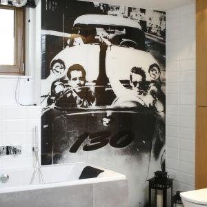 Motyw Jamesa Deana na ścianie dobrze wpisuje się w młodziezowy klimat aranzacji.  Fot. Bartosz Jarosz