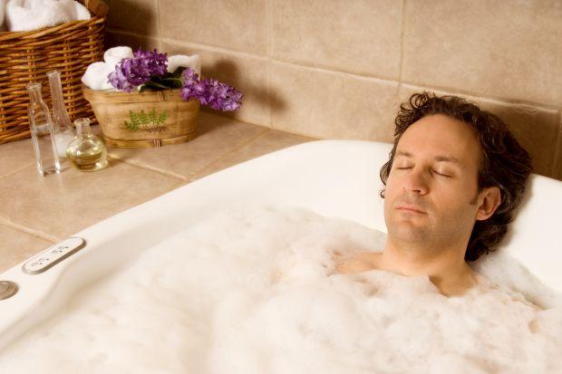 Stres, zmęczenie, dolegliwości związane z nieregularnym odżywianiem. Współczesny mężczyzny możne zadbać o siebie w łazience! Prosty sposób to aromaterapia podczas kąpieli.