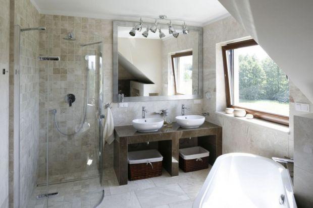 Jasne okładziny ścian oraz frontów mebli to dobre rozwiązanie nie tylko do wnętrz o małym metrażu. Świetnie sprawdzają się także w salonach kąpielowych czy łazienkach przy sypialni.