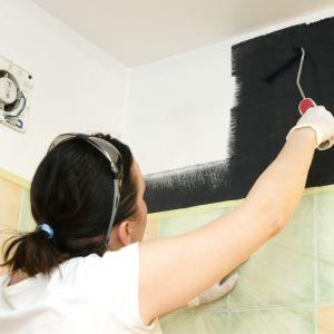 W TRAKCIE: malowanie ścian i sufitu.