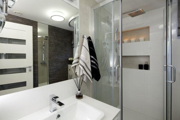 Gdy do dyspozycji jest mały metraż na łazienkę, trzeba mieć pomysł na jej praktyczne urządzenie. Tutaj na 4 metrach zmieściła się duża szafka, sedes i narożna kabina prysznicowa.
