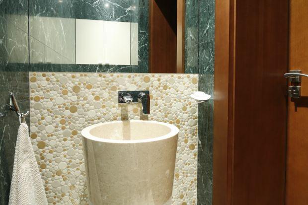 Najpierw był pomysł: łazienka z zielonym marmurem. Ten kamień zachwycił właścicieli. Toaleta dla gości, w której zawsze pożądane są elementy luksusu i zaskoczenia, była idealna do jego zrealizowania.