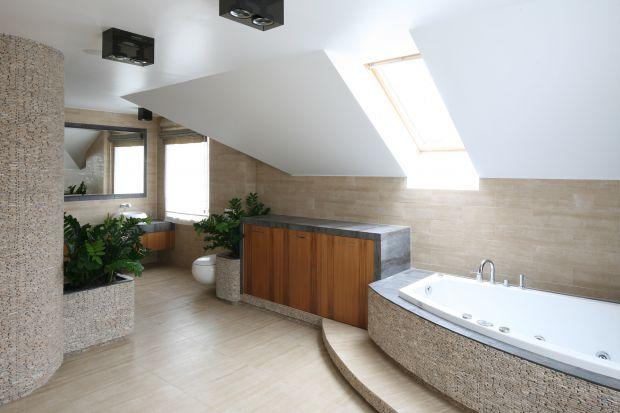 To wielka przyjemność wylegiwać się w wannie i spoglądać w niebo. Okna dachowe w łazienkach na poddaszach, aby cieszyły latami, muszą być przystosowane do pomieszczeń o podwyższonej wilgotności.