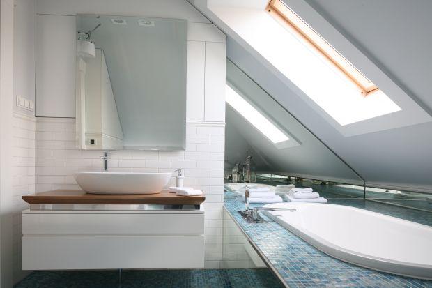 Łazienka na poddaszu. Gotowy projekt z szafkami do sufitu